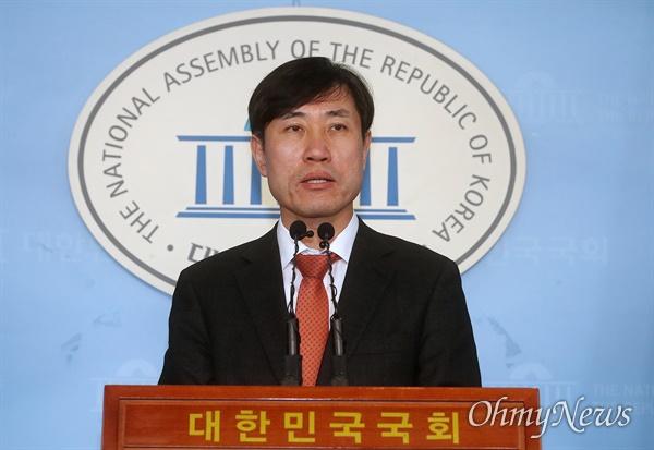 하태경 새로운보수당 책임대표가 13일 오전 서을 여의도 국회 정론관에서 기자회견을 열어 자유한국당과의 통합 추진과 관련해 입장을 발표하고 있다.