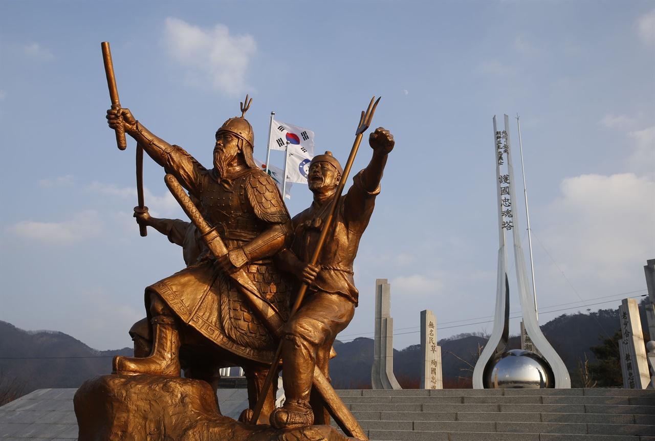 조선오란 호국충혼탑과 동상. 조선 오란은 정묘호란, 임진왜란 등을 일컫는다.