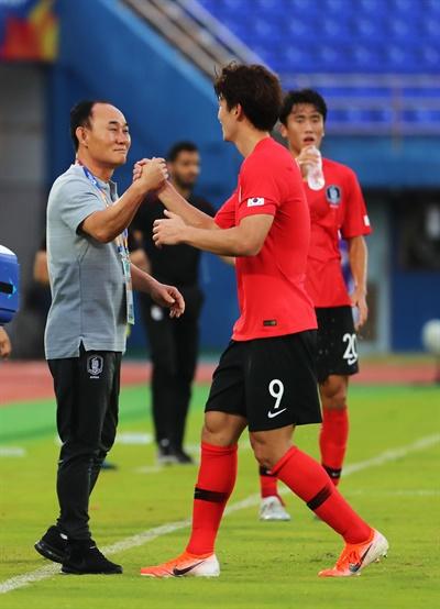 12일 오후(현지시간) 태국 송클라 틴술라논 스타디움에서 열린 2020 아시아축구연맹(AFC) U-23 챔피언십 한국과 이란의 조별리그 2차전에서 조규성이 골을 넣은 뒤 김학범 감독의 축하를 받고 있다. 2020.1.12