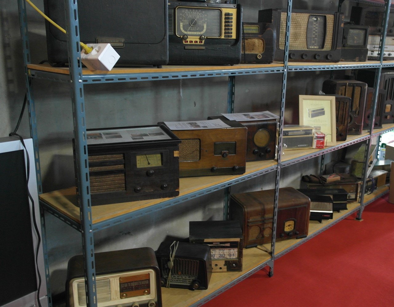 구형 라디오 백화점 같은 군산 근대소리박물관 전시장