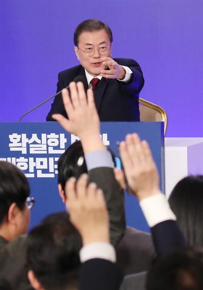 문재인 대통령이 14일 오전 청와대 영빈관에서 열린 2020 신년 기자회견에서 질의를 요청하는 기자를 지정하고 있다.