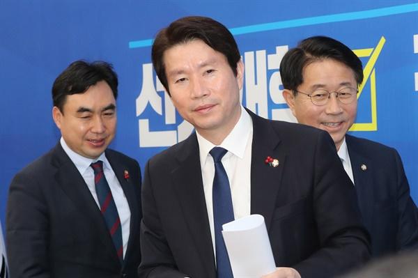 더불어민주당 이인영 원내대표가 14일 오전 서울 여의도 국회에서 열린 원내대책회의에 참석하고 있다.