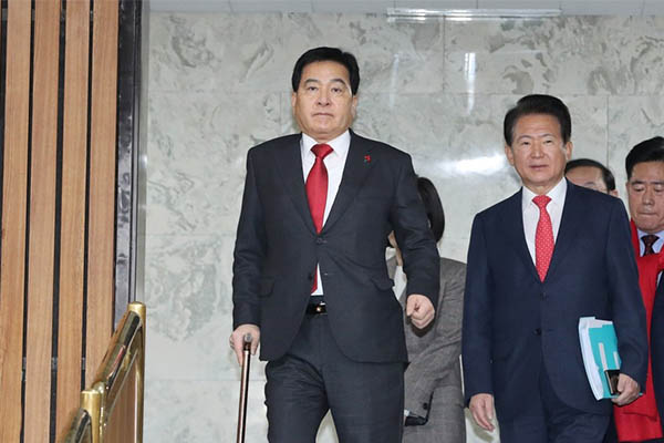자유한국당 심재철 원내대표가 14일 오전 서울 여의도 국회에서 열린 원내대책회의에 들어서고 있다.