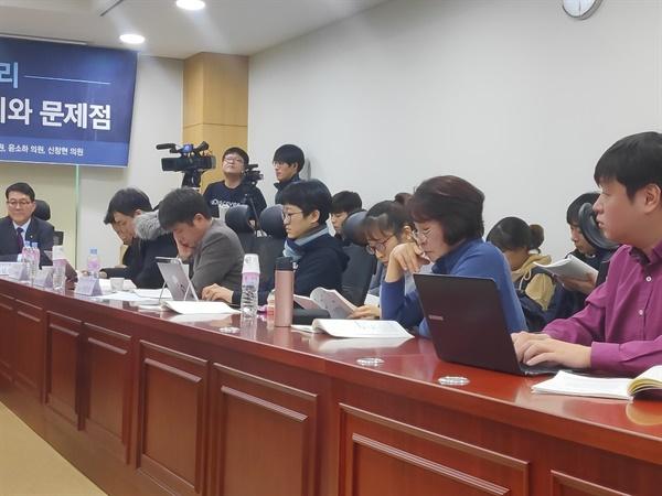 이날 토론회에는 삼성 LCD 공장에서 일하다 뇌종양에 걸려 10년 만에 산업재해를 인정받은 삼성 직업병 피해자 한혜경씨와 한씨 어머니 김시녀씨도 참석했다.