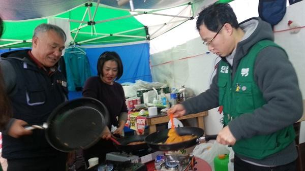 김치 부침개를 부치고 있는 요금수납 노동자들
