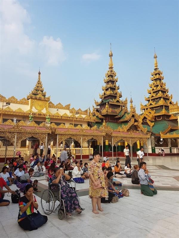 쉐다곤 파고다에서 많은 미얀마인들이 예불을 드리고 있다.