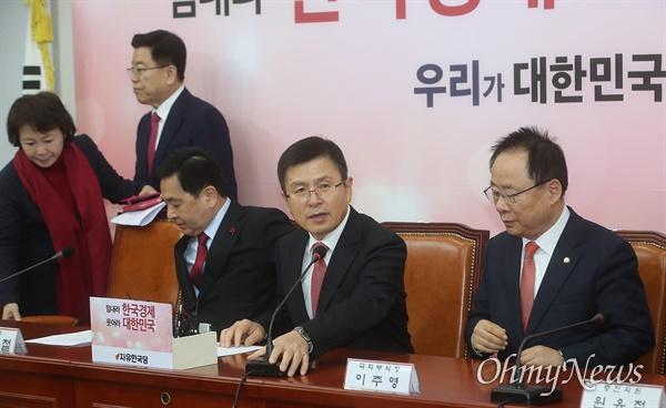 황교안 자유한국당 대표가 30일 오전 서울 여의도 국회에서 열린 최고위원회에 참석해 회의를 주재하고 있다.