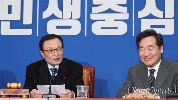 이낙연 복귀 반긴 이해찬 이낙연 전 국무총리가 15일 오전 서울 여의도 국회에서 열린 더불어민주당 최고위원회의 참석으로 당에 복귀했다. 이해찬 대표가 환영사를 하고 있다.