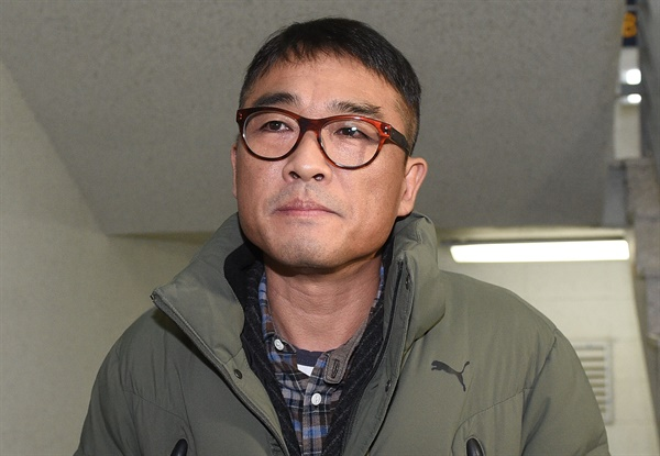 가수 김건모가 성폭행 혐의 조사를 받기 위해 15일 오전 서울 강남경찰서에 출석하고 있다. 2020.1.15