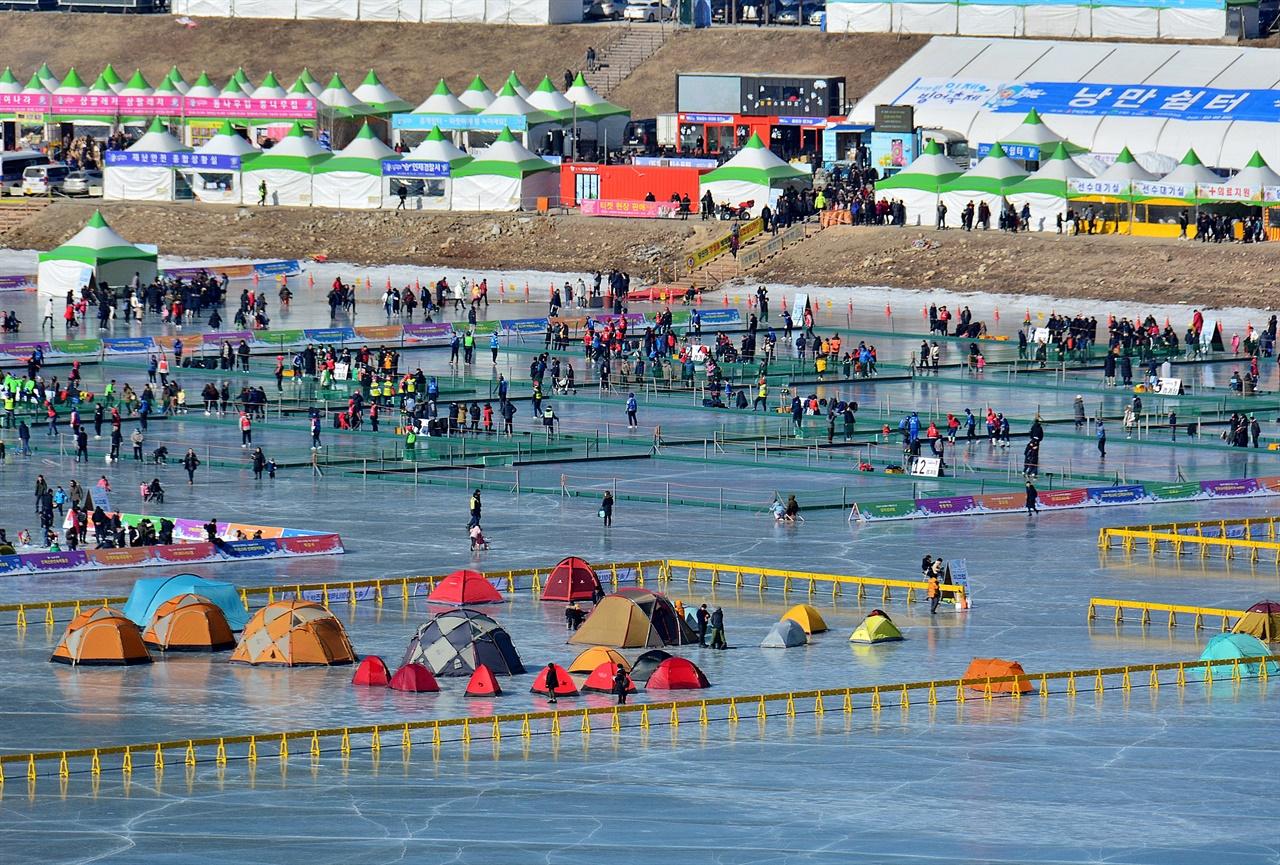 인제 빙어축제 축제장 전경  올해 20회째를 맞는 인제 빙어축제는 물고기를 테마로 한 모든 축제의 원조에 해당하는 축제다.