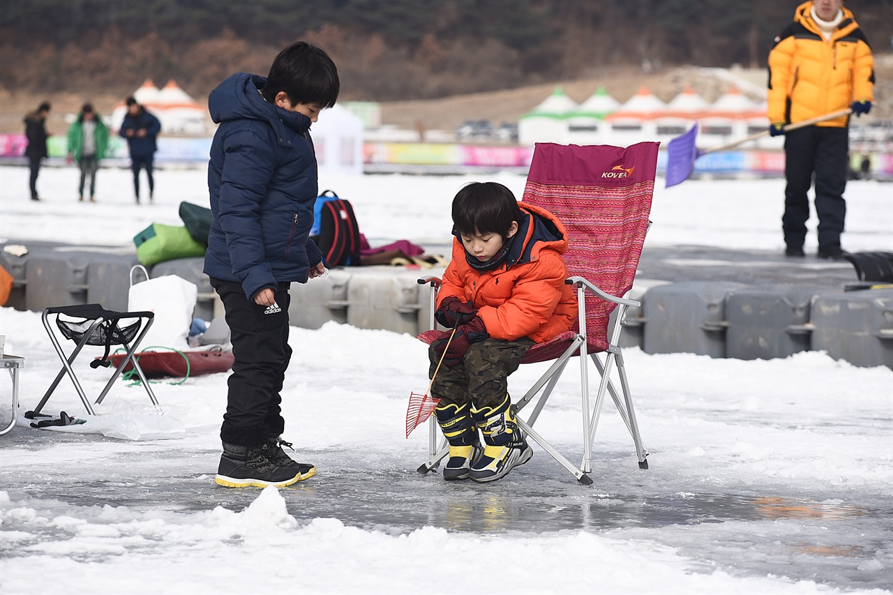 빙어낚시 빙어낚시는 행사장에서 빌린 견지낚싯대에 미끼를 달아 얼음 구멍에 던져 넣고 찌가 움직일 때까지 기다리면 된다(사진은 2018년 인제 빙어축제).