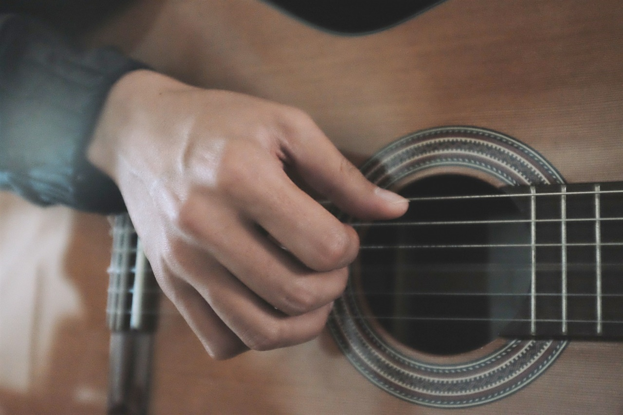 기타는 내 마음을 울리는, 나를 울리는 음악을 연주할 수 있게 해주는 유일한 악기이자 친구였다.