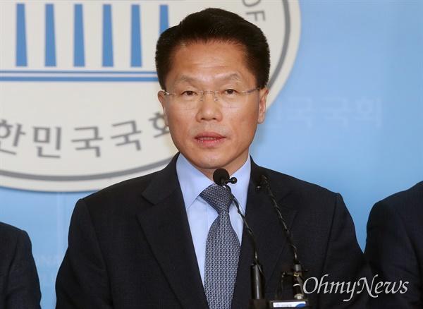 한경호 대한지방행정공제회 이사장이 15일 오후 서울 여의도 국회 정론관에서 더불어민주당 입당 기자회견을 하고 있다.