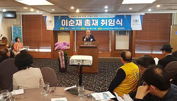 배우 이순재씨가 15일 오전 프레스센터에서 열린 UN 세계 고아의 날 제정추진위원회에서 총재에 추대된 뒤 취임사를 하고 있다.