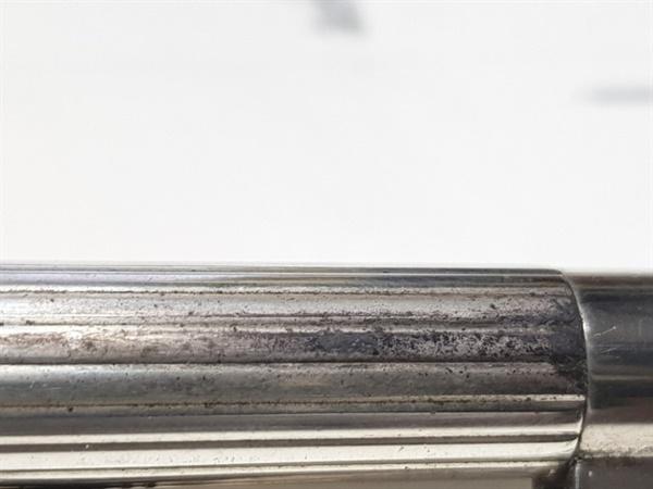은 볼펜  손때가 묻어 변색된 은 볼펜 표면.
