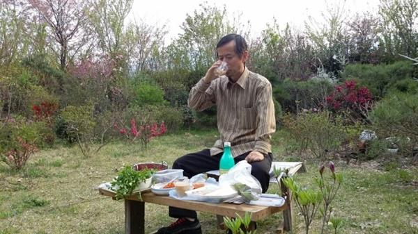 막걸리 음주 경주 시골집 마당에서 막걸리를 마시다.