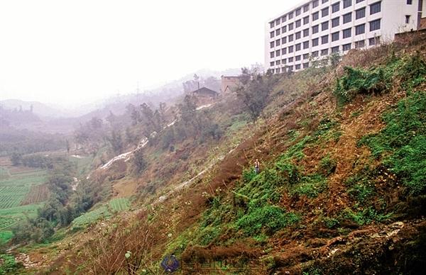 독립기념관 국외독립운동사적지 시스템에 등록되어 있는 2002년 현지답사 당시의 화상산 한인묘지 터. 그 당시에도 토사가 쓸려 묘지의 흔적을 찾아볼 수 없었지만, 지금은 더욱 심각해졌다.