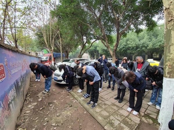 화상산 한인묘지를 떠나며 절을 올리는 청년백범 14기 답사단원들