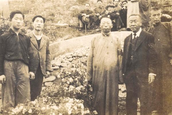 충칭 화상산 한인묘지에 마련된 백범 김구의 모친 곽낙원의 묘역(1939년 4월)