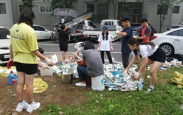 처음엔 꽃 심고 물주기만 하다가 우유팩 세척도 하고 아파트 구석구석에 있는 쓰레기 줍기도 하였다.