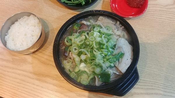 소박하지만 오지고 푸진 돼지국밥 한 그릇이다.