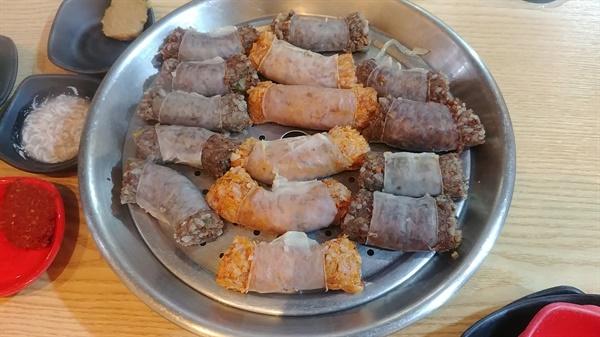 돼지 작은창자를 이용해 만든 고기순대와 김치순대다.