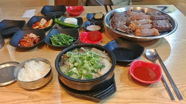 돼지 모둠국밥과 소창순대 기본 상차림이다.