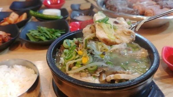 고기와 순대가 뚝배기 가득한 푸짐한 모둠국밥이다.