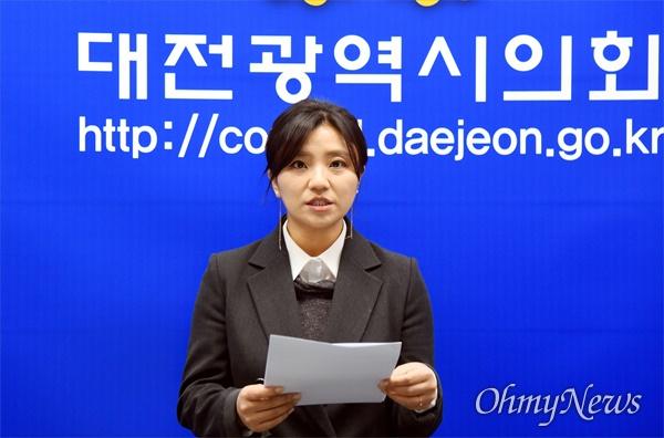 김소연 대전시의원이 16일 오전 의원직 사퇴 후 총선출마를 선언하고 있다.