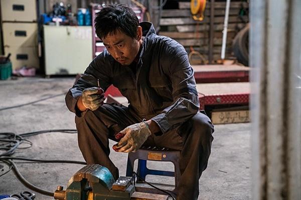 그동안 거슬렸던 공사장 덤프트럭이 흘린 금속조각이 돈벌이 수단이 되었음을 알게 되는 재구.