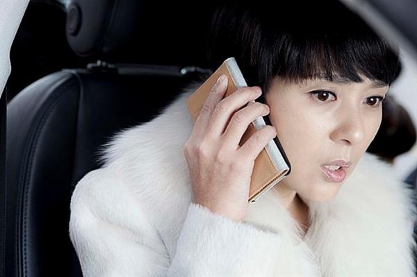 살인마는 성수의 아내 민지(고 전미선)가 입은 흰색의 고급 코트를 특히 선망한다.