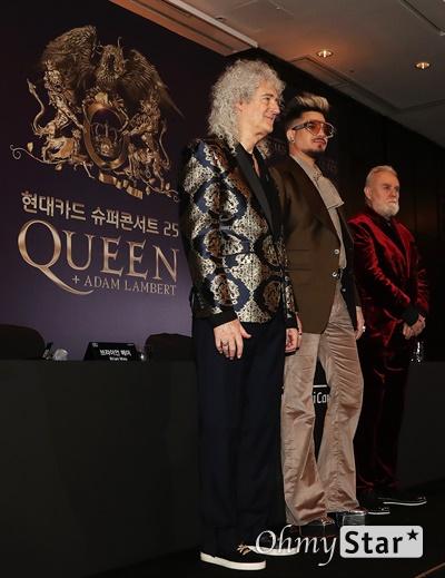 퀸, 전설의 내한! 그룹 퀸(QUEEN)이 16일 오후 서울 여의도의 한 호텔에서 열린 슈퍼콘서트 25 QUEEN 기자간담회에서 포즈를 취하고 있다. 18일과 19일 열리는 첫 단독 내한공연 '더 랩소디 투어(Queen+Adam Lambert The Rhapsody Tour)'에는 기타리스트 브라이언 메이, 드러머 로저 테일러, 고 프레디 머큐리의 빈자리를 채우고 있는 아담 램버트가 무대에 오른다.