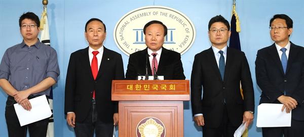 김재원 총괄단장(가운데) 등 자유한국당 '국민과 함께하는 2020 희망공약개발단'이 16일 오전 서울 여의도 국회 정론관에서 주택공약 발표 기자회견을 하고 있다