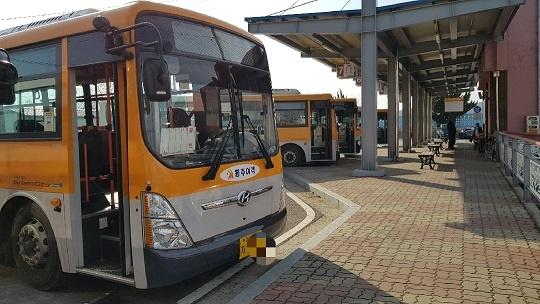 충남 홍성군 광천 터미널에 홍주여객 버스들이 정차해 했다.