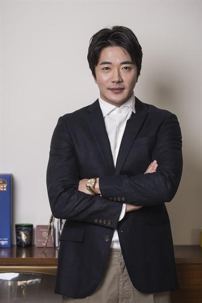 영화 <히트맨>에서 전직 암살 요원이자 웹툰 작가 준(수혁) 역을 맡은 배우 권상우의 모습.