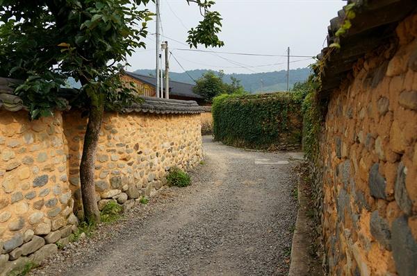남사마을 옛담   남사마을 옛담은 향토적 서정과 아름다움을 고이 간직하고 있어 마을담 자체가 등록문화재로 등록되어 있다.