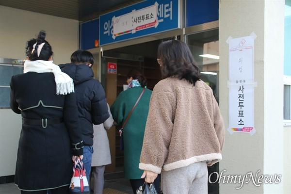 16일 경북 의성군 의성읍사무소에서 진행된 대구 군공항 이전 사전투표에서 주민들이 투표를 하러 들어가고 있다.