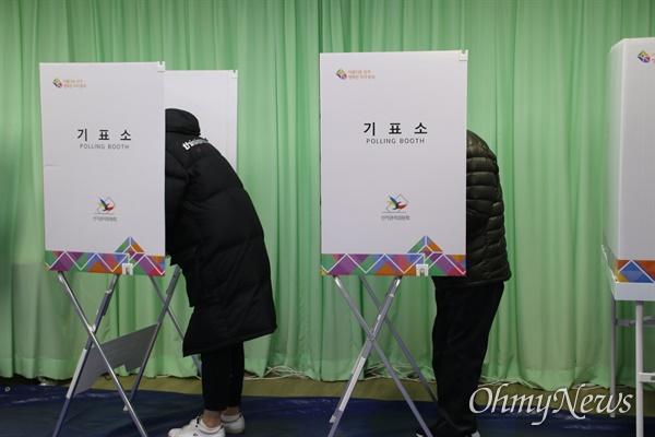 16일 대구 군공항 이전 사전투표가 실시된 가운데 경북 의성군 의성읍사무소에 마련된 사전투표소에서 주민들이 투표하고 있다.