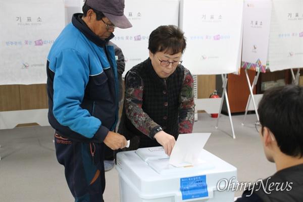 대구 군공항 유치를 위한 사전투표가 16일 실시된 가운데 경북 군위군 군위읍사무소에 차려진 사전투표소에서 군위군민들이 투표하고 있다.