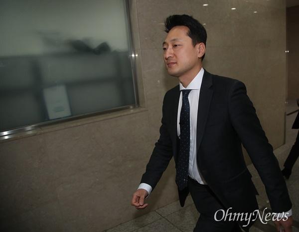 임한솔 정의당 부대표가 17일 오전 서울 여의도 국회 정론관 앞에서 탈당 입장을 밝힌 뒤 자리를 나서고 있다.