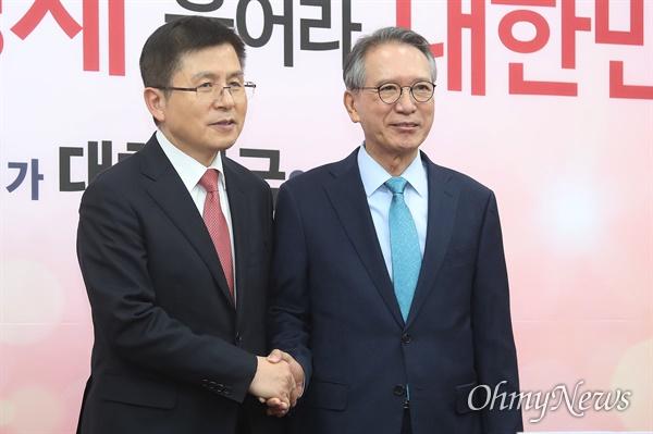 황교안 자유한국당 대표가 17일 오전 서울 여의도 국회에서 자유한국당 총선 공천관리위원장으로 임명된 김형오 전 국회의장을 만나 인사를 나누고 있다.