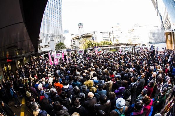 작년 참의원 선거 당시 야먀모토 대표의 거리 선전 현장은 많은 시민들이 모여 북적북적했다.