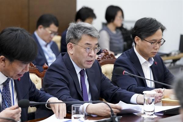 권구훈 북방경제협력위원장이 17일 오전 청와대 여민관에서 문재인 대통령에게 '2020 신북방정책 전략' 보고를 하고 있다.