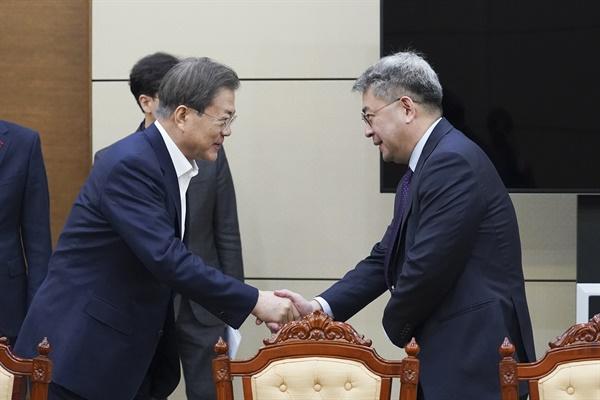 문재인 대통령이 17일 오전 청와대 여민관에서 '2020 신북방정책 전략' 보고를 받기 전 권구훈 북방경제협력위원장과 인사하고 있다.