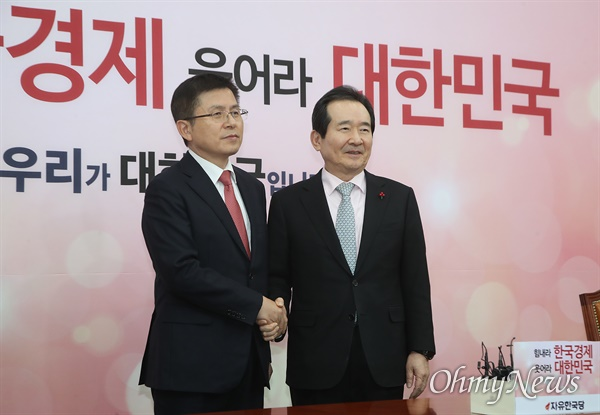 황교안 자유한국당 대표가 17일 오후 서울 여의도 국회를 방문한 정세균 국무총리와 인사를 나누고 있다.