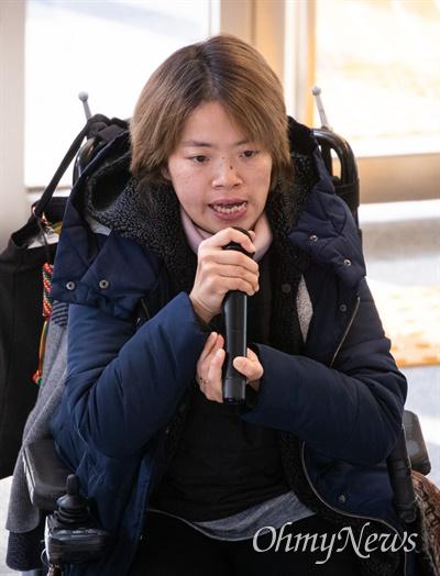 전국장애인차별철폐연대가 17일 오후 중구 국가인권위원회가 있는 건물 로비에서 기자회견을 열고 최근 장애인 비하 발언을 한 이해찬 대표 규탄 및 진정 기자회견을 하고 있다.