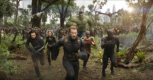 캡틴 아메리카는 목숨을 건 위험한 전투에서도 언제나 선두에 서는 걸 마다하지 않는다.