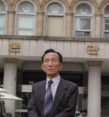 김구 암살범 안두희 추적자 고 권중희 선생이 옛 경교장 앞에서(2003. 11.).