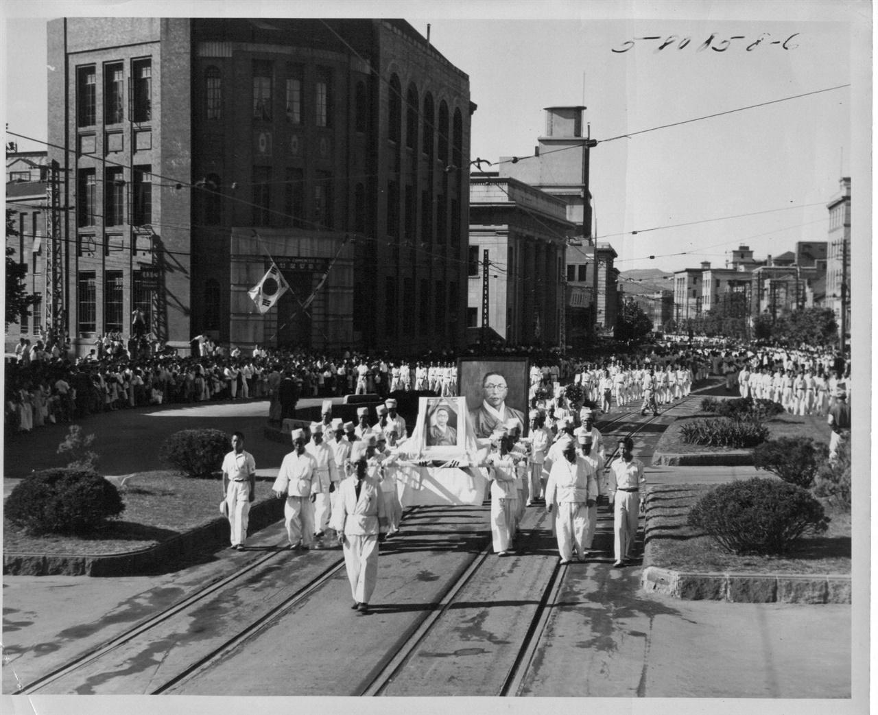 백범 김구 장의 행렬이 남대문로를 지나고 있다(1949. 7. 5.)