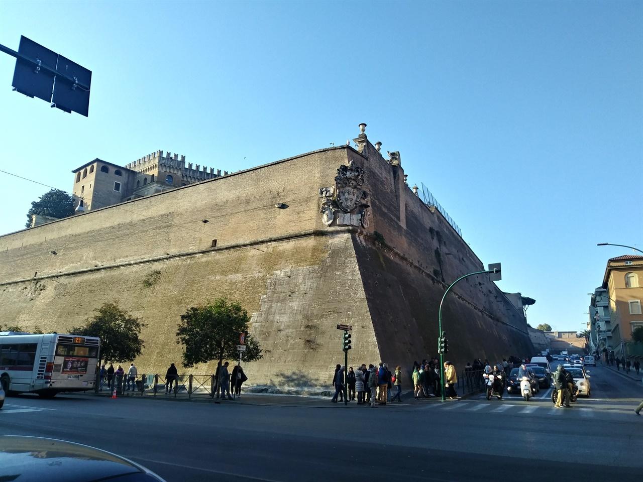 바티칸 박물관 입구 이른 아침부터 줄이 길게 늘어서 있다. 높은 성채처럼 보이는 벽이 로마와 바티칸의 국경이다.
